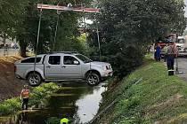 Osobní auto sjelo v Bojkovicích do řeky