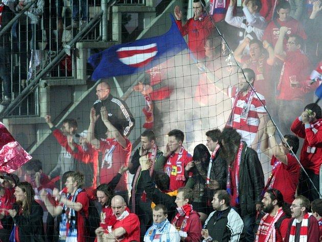 Fanoušci Zbrojovky Brno v zápase na Slovácku