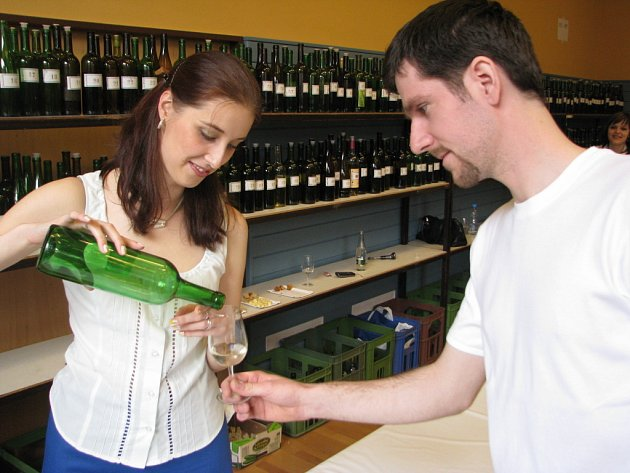 Devětadvacetiletý vinař Milan Dvořáček (na snímku) dohlížel na průběh koštu se sklenkou vína.