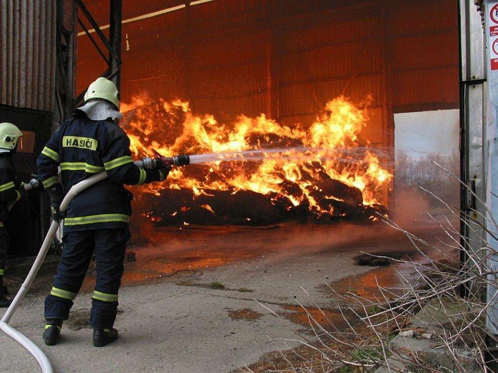 K rozsáhlému požáru seníku došlo ve čtvrtek 15. prosince odpoledne v Suché Lozi.