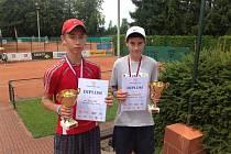 Po velkém úspěchu se mladý tenista Jiří Balun (vlevo) mohl pochlubit pohárem a diplomem.
