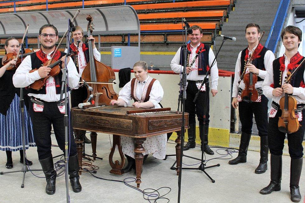 Čtyři šampioni vévodili výstavě vín na zimním stadionu v Hradišti. V posledních letech hraje na výstavě vín cimbálová muzika Bálešáci ze Starého Města