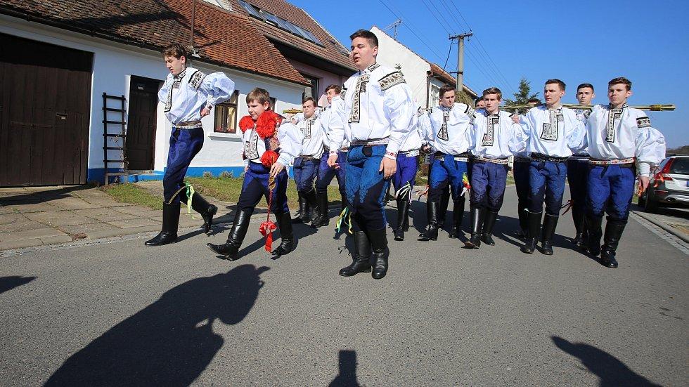 Velikonoční obchůzka   družiny  Vlčnovského  krále  Martina Dareka Franty ve Vlčnově.