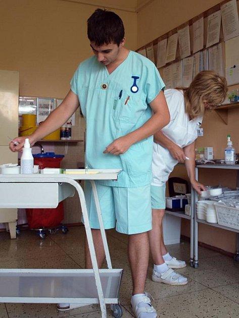 Zdravotní bratr a vrchní sestra při práci v letních uniformách.