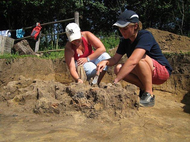 Objev se podařil brigádníkům při archeologickém výzkumu na Modré.