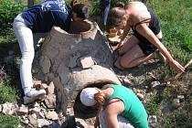Studenti ve skanzenu také vyráběli keramiku.