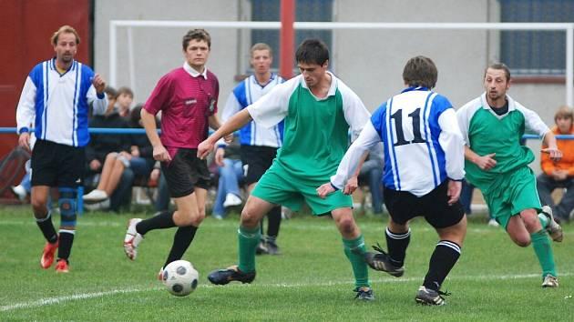 Fotbalisté Rymic (v zeleném) vyhráli doma šest ze sedmi utkání. Remizovali jen v prvním zápase s Loukovem.