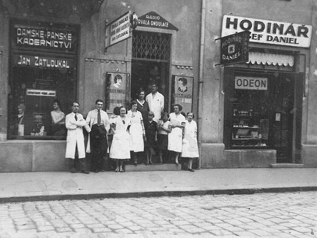 Historický snímek zarchivu Jaroslava Sabáka zachycuje kadeřnictví vdomě č.p. 27na počátku třicátých let minulého století, druhý snímek ukazuje stávající podobu budovy.