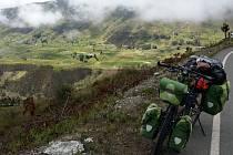 Osm hodin denně šlape Hradišťan Mira Šlegl v sedle kola a obr kopec střídá obr kopec.