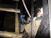 Požár u Nivnice zničil celou chatku. Rozšíření na okolní les hasiči zabránili