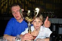 Petr Kolaja společně s otcem obdržel pohár pro vítěze MM Slovenska v kategorii 50 ccm.