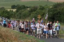 POUŤ. Mladí i dospělí šlapou na Velehrad pěšky a s dvouramennými kříži na prsou.