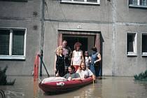 Evakuace obyvatel na člunu.