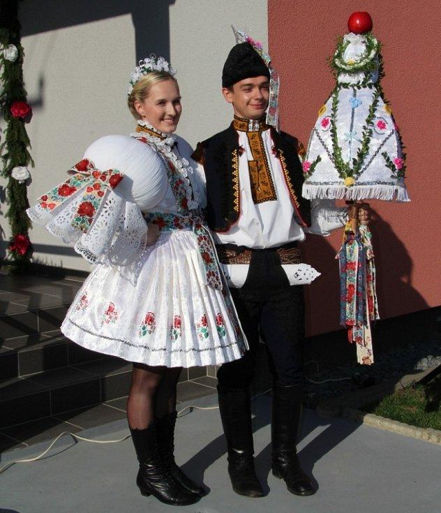 Soutěžní pár číslo 10 - Barbora Šohajková a Michal Hubáček, stárci na hodech v Březolupech 15. října 2016