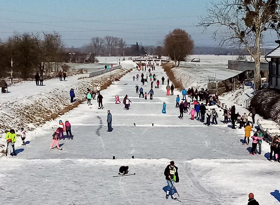 Baťův kanál na Valentýna obléhaly stovky bruslařů.