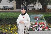 S dvoudenním předstihem, v pátek 9. listopadu si u památníku na Komenského náměstí v Uherském Hradišti připomněli studenti tamního gymnázia včetně jeho vedení a představitelů místní radnice Den veteránů. Profesorka Miroslava Poláková.