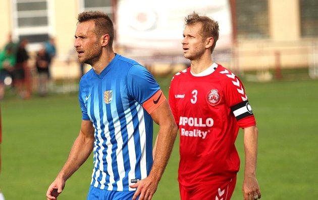Kapitán ČSK Uherský Brod Marek David (v červeném) a kapitán Prostějova Karel Kroupa.