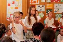 V obřadní síni Obecního úřadu Huštěnovice byla slavnostně zahájena výstava s názvem Život v příslovích, jejímiž autory jsou děti z tamní základní a mateřské školy.