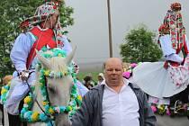 ZDENĚK BURIAN z Jalubí se v neděli 18. května poprvé zhostil úlohy vodiče koně jednoho z pážat královské družiny.
