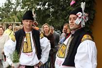 Radek Huťka (vpravo) se ujal vedení chasy.