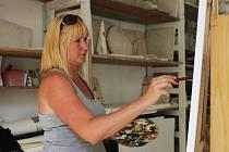 Jednu z osmi účastníků sympózia je třiatřicetiletá polská umělkyně Agnieszka Elwertowska-Komuniewska.