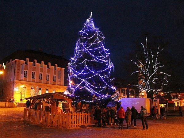 Po celý vánoční čas bude zdobit Masarykovo náměstí vUherském Brodě vánoční strom ivelký vyřezávaný betlém od Jiřího Halouzky.