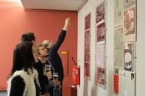 Dávný rock v Bojkovicích. Výstava fotografií připomněla památná historická vystoupení rockových skupin v tomto městě.