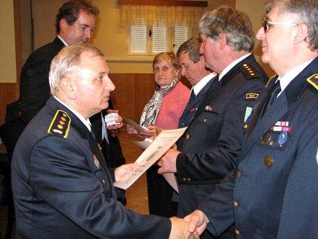 Starosta hasičů Václav Holásek (první zleva) a starosta Uherského Hradiště Libor Karásek poblahopřáli všem oceněným hasičům.