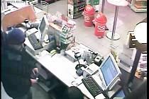 K loupežnému přepadení došlo ve čtvrtek 10: ledna pod 22. hodině v prodejně benzinové čerpací stanice v ulici Tř. Vítězství v Kunovicích. Pachatel, který obsluze vyhrožoval s nožem v ruce, si odnesl čtyři tisíce korun.