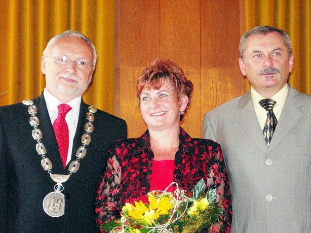 Místostarostové Květoslav Tichavský (vlevo) a Evžen Uher společně s Hanou  Špalkovou.