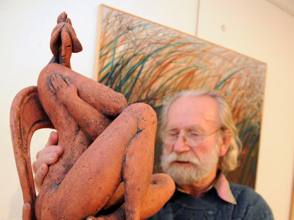 Na výstavě jsou k vidění i keramické plastiky Miroslava Hudečka (na snímku) a jeho ženy Olgy.