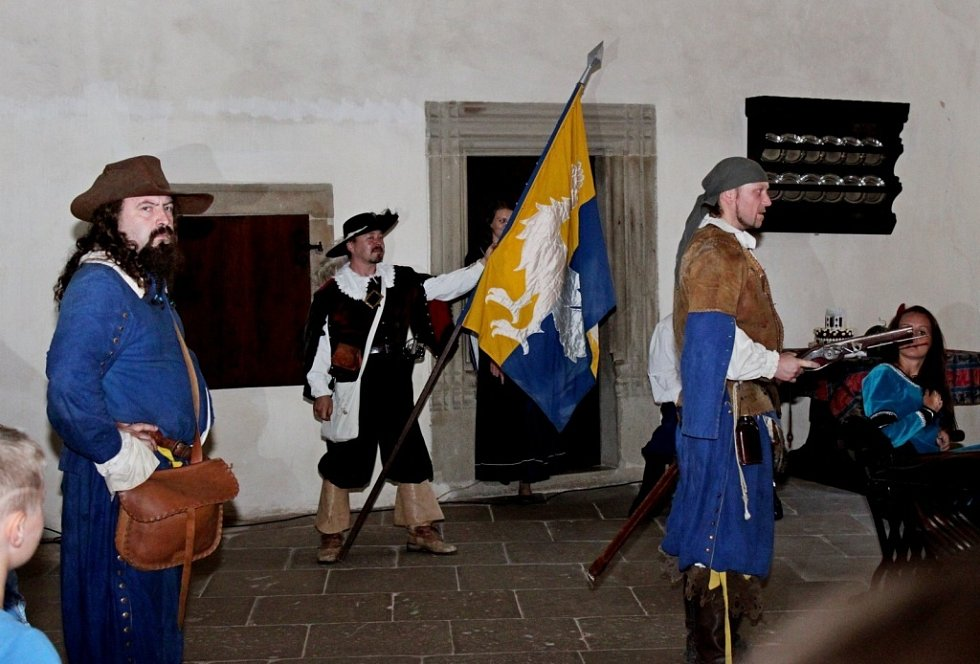 Při víc než hodinové noční tajuplné procházce hradem Buchlov si mohli návštěvníci užívat hraných veselých i vážných pověstí.
