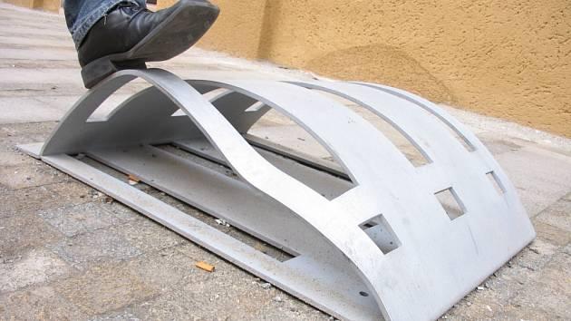 Stojany končí snadno pod koly aut hlavně kvůli své malé výšce a zaoblenému tvaru.