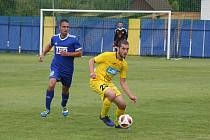 Záložník Petr Silnica (ve žlutém dresu) odehrál za Strání sto zápasů v řadě bez jediné absence.