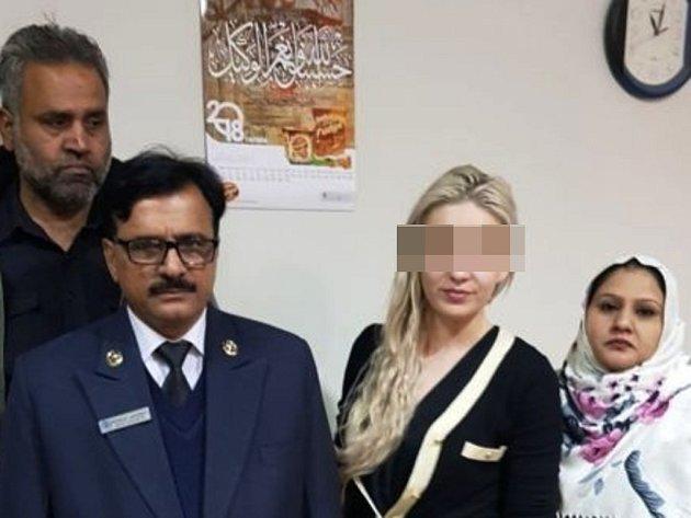Tereza H. s pákistánskými celníky.