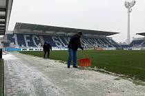 Pracovníci technického úseku Slovácka se snaží, aby hřiště bylo na páteční utkání s Teplice dobře připravené.