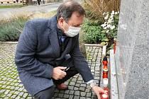 Představitelé Uherského Hradiště uctili také památku obětí komunistického režimu u pomníku poblíž bývalé uherskohradišťské věznice.