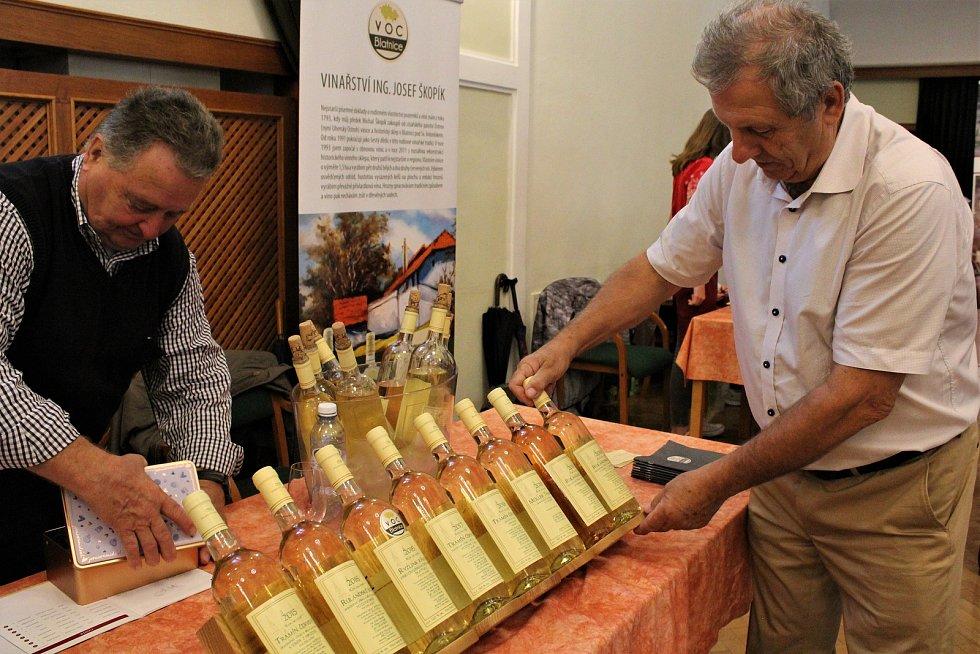 Vzhledem k nepřízni počasí byla nedělní (8. září) výstava vín v Redutě příjemným vyvrcholením XVII. ročníku Slováckých slavností vína a otevřených památek. Josef Škopík představil svůj výrobek - podstavec na lahve.