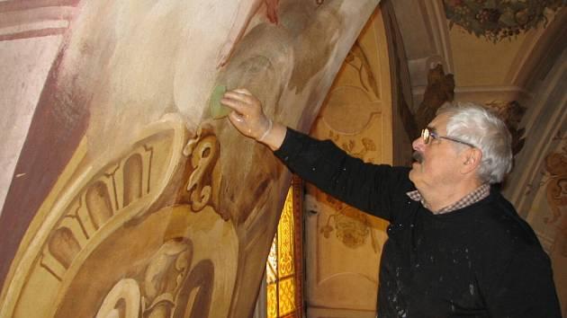 Renomovaný restaurátor Jan Severa provádí důkladnou očistu fresek.