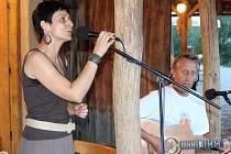 PĚNICE. Se skupinou Nezapomeň rozdávala písničkami radost Věra Křápková z Ostrožské Lhoty.