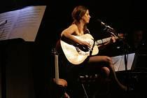 Netradičním akustickým koncertem se představila v regionálním kulturním centru zámku Nový Světlov populární zpěvačka Aneta Langerová.