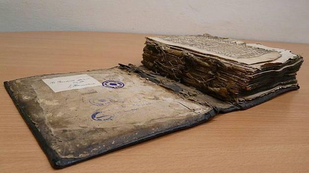 Takto vypadala Bible před restaurací.