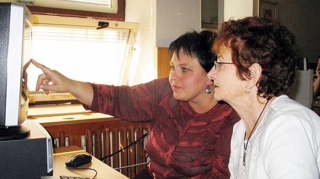 """V Oblastní charitě Uherské Hradiště si někteří účastníci speciálních kurzů """"osahali"""" počítač poprvé v životě."""