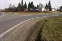 O problémech odbočujících nákladních vozidel ve směru od Ostrohu na Hluk, svědčí také časté vyjeté koleje v trávě na krajnici.