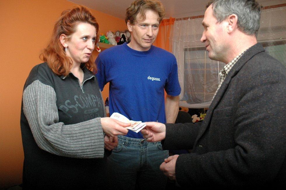 Josef Vaculík (vpravo) předává manželům Snášilovým výtěžek z aukce vín.