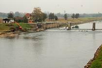 Voda v korytě Moravy je výrazně nižší a to kvůli opravám rozdělovací zdi u jezu.