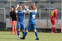 Fotbalisté Slušovic (v modrých dresech zakončili postupovou sezonu domácí výhrou nad Kateřinicemi 4:0.