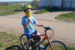 Děti posílaly v době dálkové výuky do školy fotopozdravy. protáhnutí na kole