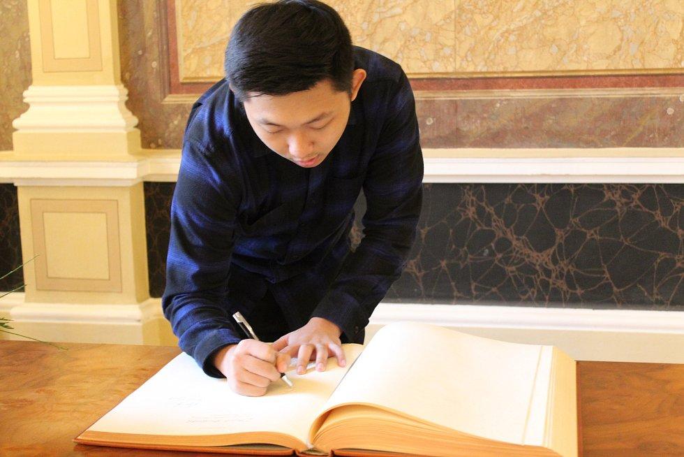 Brian Alfredo, student z Indonésie z projektu Edison při podpisu do knihy hostů na radnici v Uherském Hradišti.