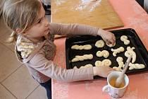 V hlavní budově Slováckého muzea tentokrát návštěvníkům zručné kuchařky předváděly, jak se dělají tradiční velikonoční pokrmy v podobě jidášů a mazanců.